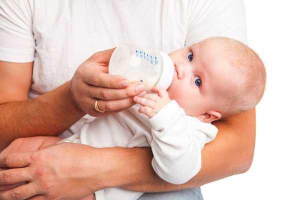 Можно ли кормить ребенка сцеженным грудным молоком: преимущества и недостатки